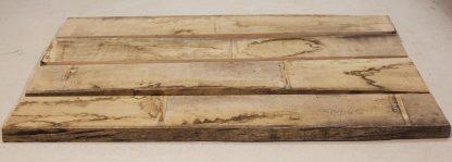 Rå egeplanker der bliver brugt til en plankebordplade