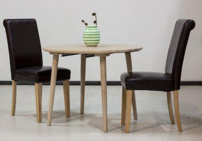 Rundt egetræsbord med udtræk her vist med 2 stole