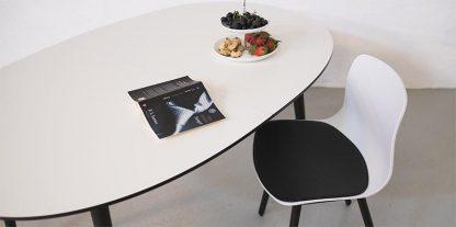 Elipse spisebord med udtræk i hvid og sort
