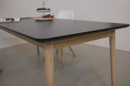 Firkantet spisebord med udtræk her vist med antracit laminat