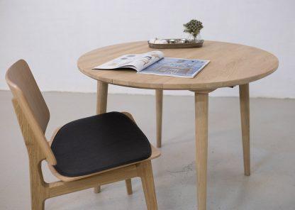 Rundt spisebord i egetræ med udtræk her vist med egetræsstol