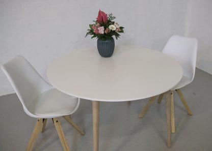 Rundt spisebord med udtræk med hvid laminat og egetræsben