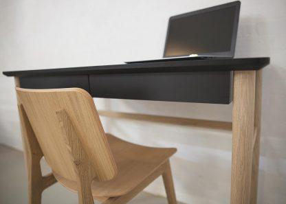 Skrivebord med skuffer - Antracit, sort og egetræsben