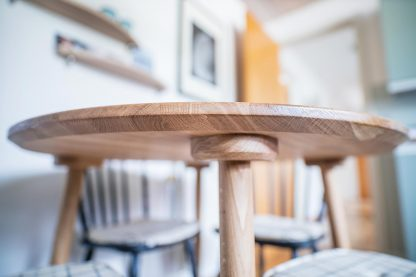 Detaljer vist for bordben på rundt egetræsbord