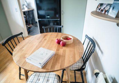 Rundt egetræsbord her vist i køkken hos kunde